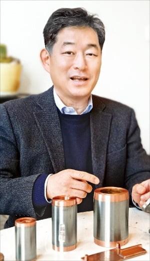 홍기원 캐스트맨 대표가 구리 다이캐스트로 제조한 유도전동기 회전자에 대해 설명하고 있다. /민경진 기자